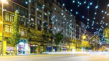 rua semáforo noturno de barcelona com decoração 4k time lapse espanha