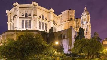 malaga notte luce cattedrale retro mandarino giardino 4K lasso di tempo spagna