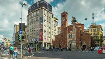 Italien Mailand sonniger Tag San Babila Basilika Straßenpanorama 4k Zeitraffer