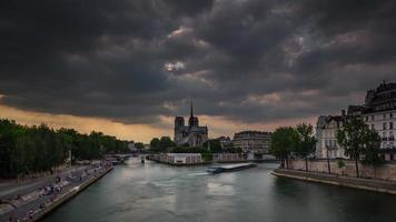 Francia tormenta cielo notre dame de paris siene río bahía panorama 4k lapso de tiempo video