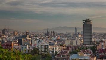 Spagna barcellona città alba tibidabo montagna panorama 4K lasso di tempo video