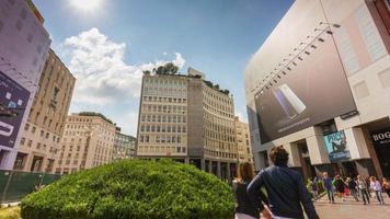 Italien Sommertag Mailand Stadt berühmten San Babila Platz zu Fuß Panorama 4k Zeitraffer