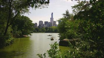 acogedor lago día luz central park 4k lapso de tiempo de la ciudad de nueva york video