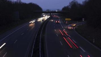 autostrada e traffico al tramonto, vista dall'alto video