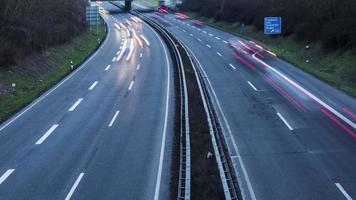 rodovia e trânsito ao anoitecer, vista de cima video