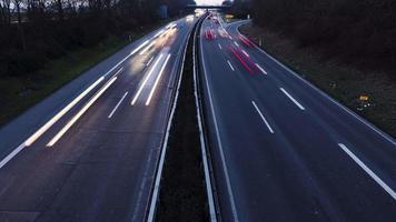 autoroute et trafic au crépuscule, vue d'en haut
