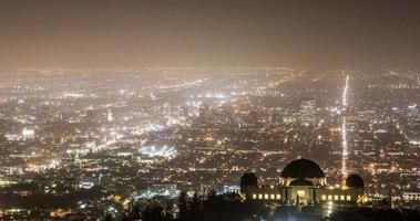 Observatorio del parque Griffith y las largas calles del horizonte de los Ángeles en la noche: timelapse video