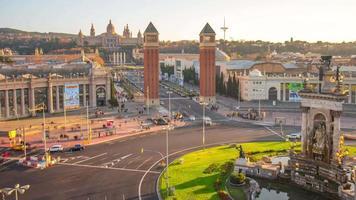 Dachansicht des sonnigen Einkaufszentrums auf Placa de Espana 4k Zeitraffer Barcelona video