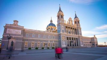 sonniger tag madrid almudena kathedrale frontansicht 4k zeitraffer spanien