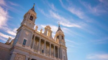 sonniger Tag blauer Himmel Almudena Kathedrale Draufsicht 4k Zeitraffer Spanien