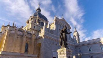 vista frontale della cattedrale di almudena del cielo blu di giorno di madrid 4k lasso di tempo spagna