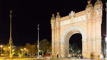 luz noturna de barcelona arc de triomf caminhada panorama 4k time lapse