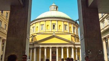 Italia día soleado Milán famoso panorama frontal de la iglesia de San Carlos 4k lapso de tiempo