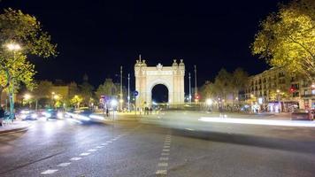 luz noturna de barcelona arco de triomf rotatória 4k time lapse espanha