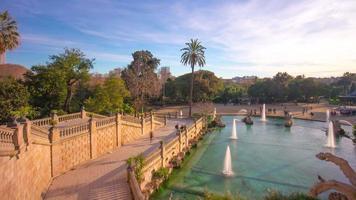Spanien Barcelona Sonnenuntergang Licht hohe Ansicht auf Ciutadella Park Brunnen 4k Zeitraffer