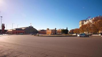 dia ensolarado madri estação ferroviária principal vista panorâmica da rua 4k time lapse espanha video