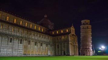 pisa città notte illuminazione cattedrale anteriore e torre a piedi panorama quadrato 4k hyper time lapse italia