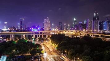 tl, ws Stoßverkehr auf mehreren Autobahnen und Überführungen in der Nacht / Shanghai, China