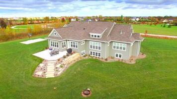 rotazione aerea della bella nuova casa ranch