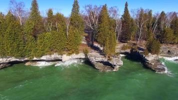 Große Wellen krachen an felsigen Ufern des Cave Point, Wisconsin video