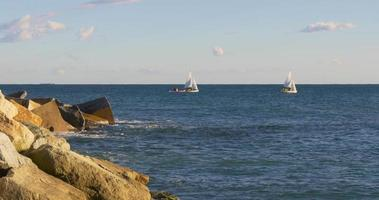 Paseo en yate de luz de día de Barcelona en el mar Mediterráneo 4k España