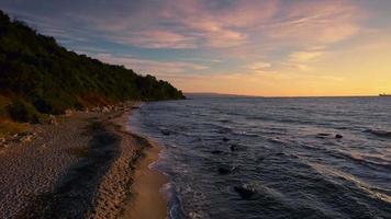 vista aérea do nascer do sol ao longo da praia de areia dourada video