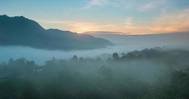 névoa sobre a montanha pela manhã