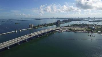 video aéreo de la calzada de macarthur y las islas venecianas