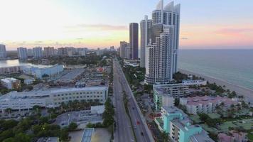 video aéreo de un edificio de gran altura frente a la playa en sunny isles beach