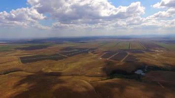 Luftaufnahme von Solarkraftwerken inmitten landwirtschaftlicher Felder video