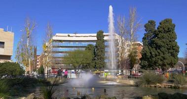 Fontaine de la ville de Tarragone dans la lumière du soleil 4k video