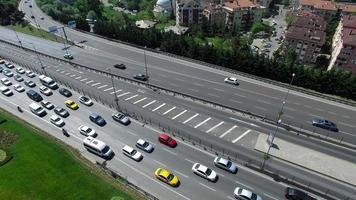 vista aerea della strada e delle automobili