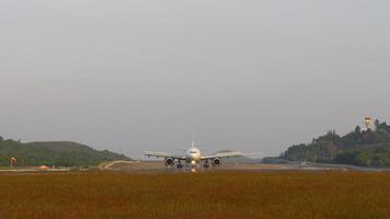 Tailandia phuket aeropuerto jet plano aterrizaje parque paseo panorama 4k video