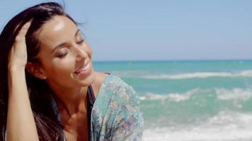 mujer sensual en la playa en un clima tropical