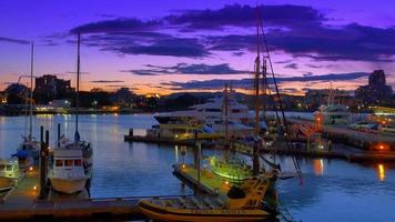 Sunset Victoria BC Canada Harbour, ciel violet et bateaux amarrés à quai