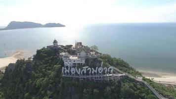 Luftaufnahme Wat Khao Chong Krajok Tempel auf Hügel Wahrzeichen der Provinz Prachuap Khiri Khan video