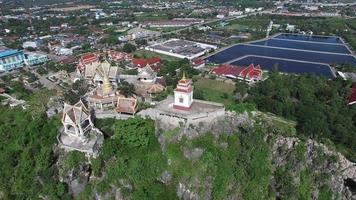 Vista aerea wat khao chong krajok tempio sulla collina punto di riferimento della provincia di prachuap khiri khan video