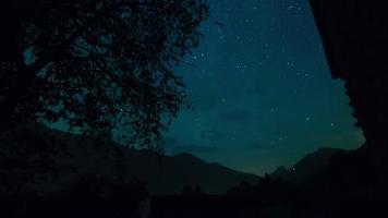 lasso di tempo di notte con paesaggio di montagna