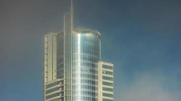 belarus verão luz solar minsk construção reflexão lapso de tempo 4k