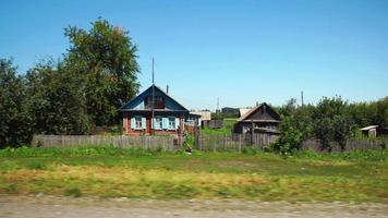 pov: muoversi lungo un villaggio ad Altay, in Russia