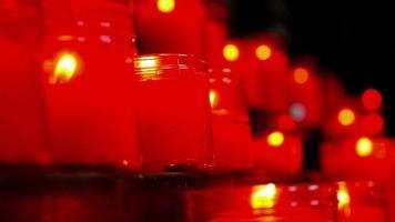 bougies allumées dans une église catholique