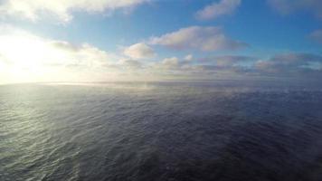 bela cena: céu azul ensolarado com nuvens cúmulos, vapor sobre o mar, a vista do barco