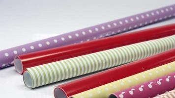 jogue uma pilha de rolos de papel de embrulho video
