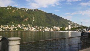 italia como lago famoso giorno d'estate baia montagna città panorama 4K video