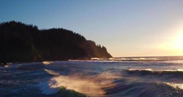 Vista aérea del atardecer sobrevolando la costa con una luz espectacular en el noroeste del Pacífico video