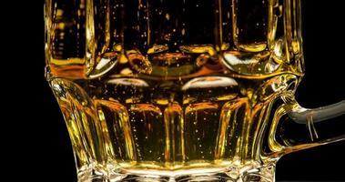 filet de bulles dans la bière video