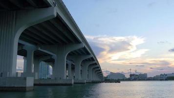 eua sunset miami no centro sob o distrito do aeroporto da ponte 4k video