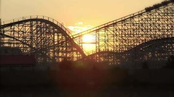 montaña rusa puesta de sol
