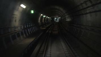 trem do metrô movendo-se no túnel e chegando à estação