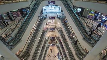 timelapse del tráfico de personas en el centro comercial de varios pisos